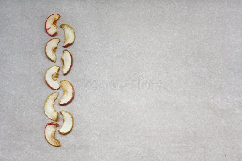 Neun getrocknete Apfelscheiben auf Papier stockfoto
