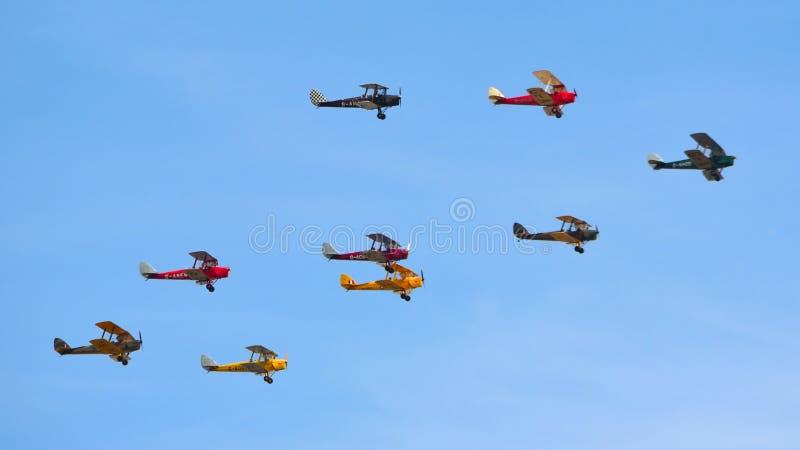 Neun Tiger Moth Vintage Bi Planes Fliegen stockfoto