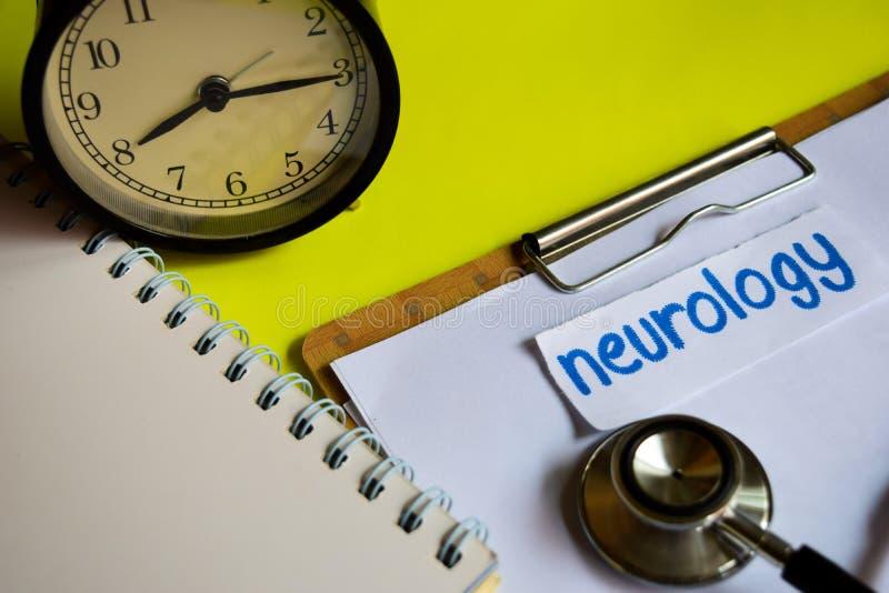Neurologia su ispirazione di concetto di sanità su fondo giallo fotografia stock libera da diritti