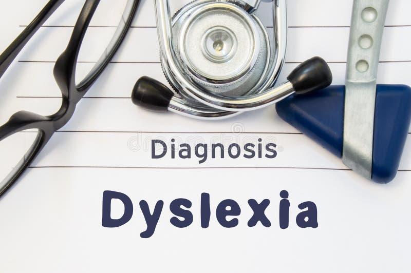 Neurological diagnos av dyslexi Den Neurological hammaren, stetoskopet och doktorsexponeringsglas ligger på doktorsarbetsplats på royaltyfri illustrationer