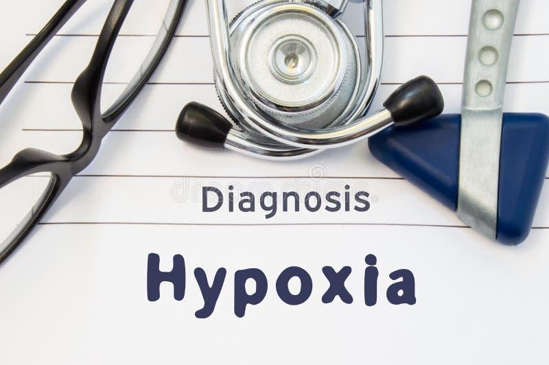 Neurological diagnos av Hypoxia Den Neurological hammaren, stetoskopet och doktorsexponeringsglas ligger på doktorsarbetsplats på royaltyfri illustrationer