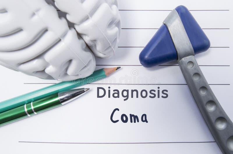 Neurological diagnos av koman Neurological reflexhammare, form av hjärnan, penna och blyertspenna ligga på en medicinsk rapport,  royaltyfri illustrationer