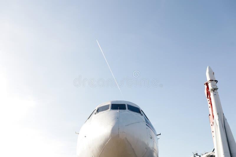 Neus van de vliegtuigen met een raket stock afbeelding
