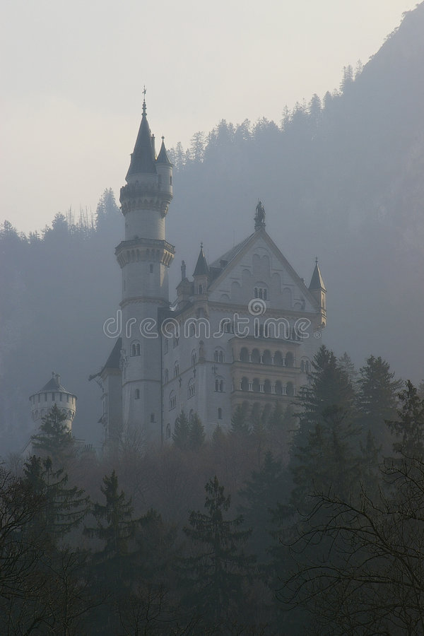 Neuschwanstein en la niebla imagenes de archivo