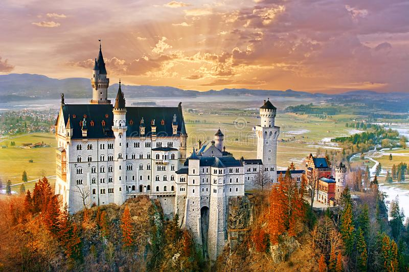 Neuschwanstein härlig sagaslott nära Munich i Bavari arkivbilder
