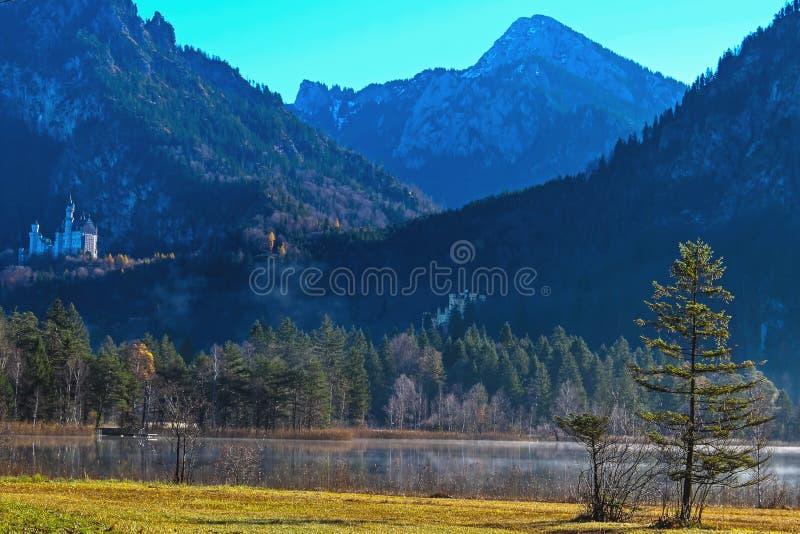 Neuschwanstein i Hohenschwangau od Schwansee fotografia royalty free