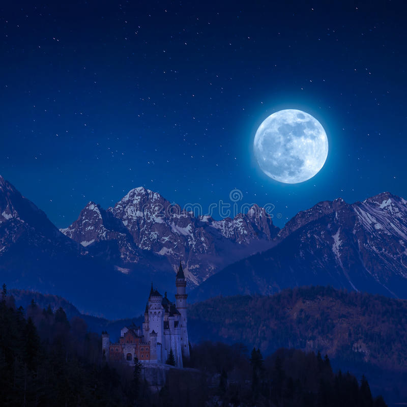 Neuschwanstein kasztel w księżyc świetle obraz royalty free
