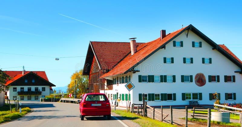 Neuschwanstein på vägen till Tyskland, den blåa himlen och vita moln är bra väder arkivbilder