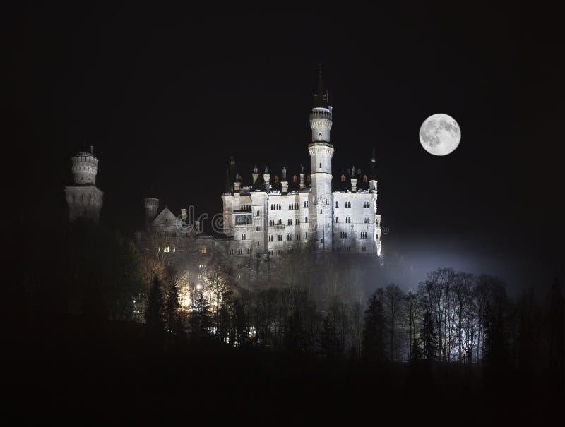 Neuschwanstein Schloss in den bayerischen Alpen lizenzfreie stockbilder