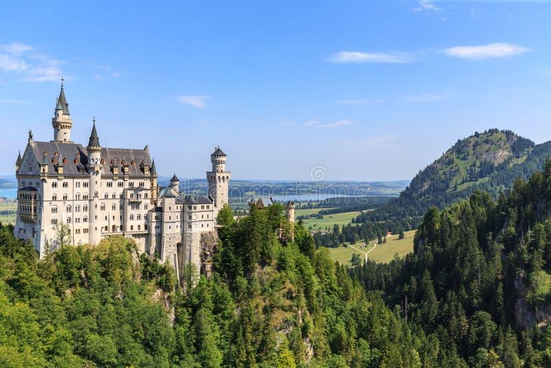 Neuschwanstein-Schloss in den bayerischen Alpen stockfotos
