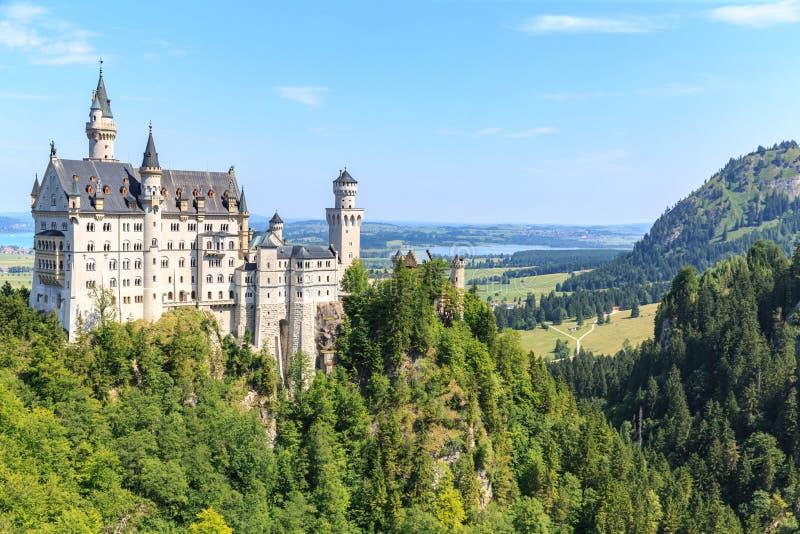 Neuschwanstein-Schloss in den bayerischen Alpen lizenzfreie stockbilder