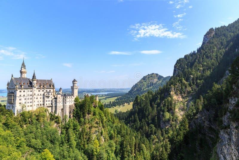Neuschwanstein-Schloss in den bayerischen Alpen stockbilder