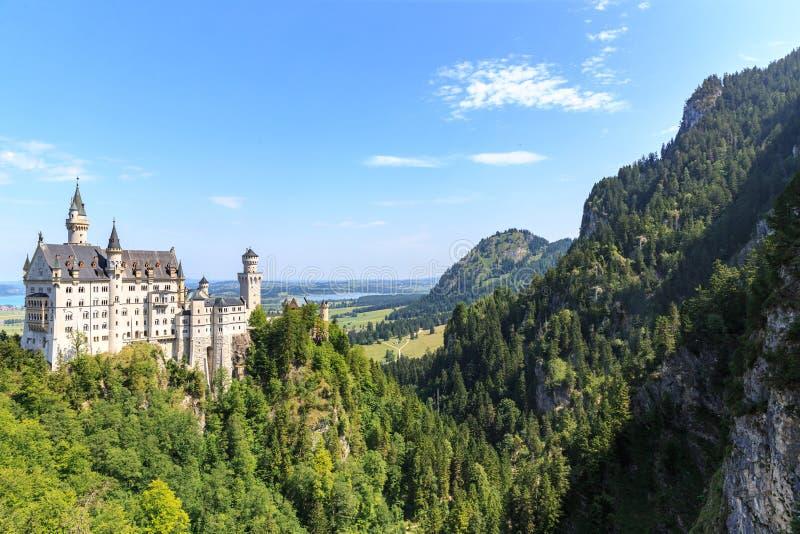 Neuschwanstein-Schloss in den bayerischen Alpen lizenzfreie stockfotografie
