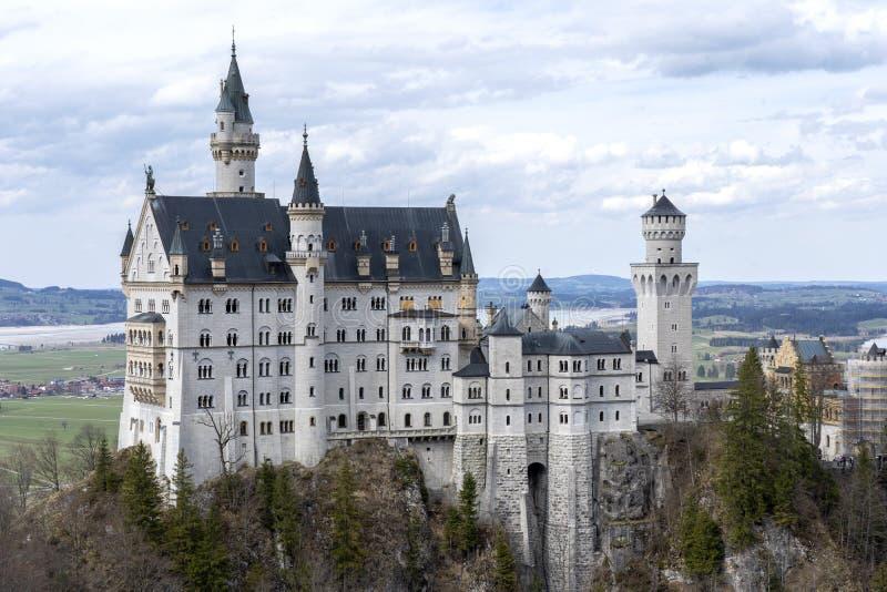 Neuschwanstein Schloss im Bayern, Deutschland Ber?hmtes Schloss Neuschwanstein nahe Alpsee und Nohenschwangau in den bayerischen  lizenzfreie stockfotografie