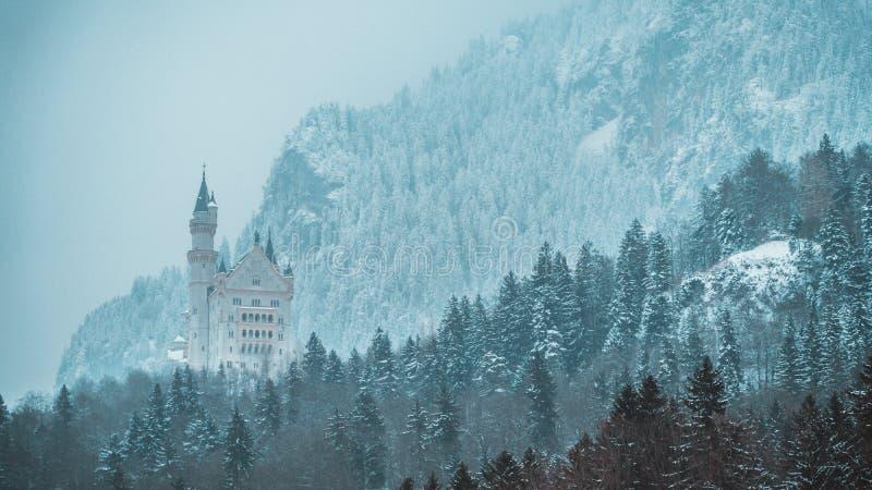 Neuschwanstein-Schloss im Schnee bedeckte bayerische Alpen stockfotografie