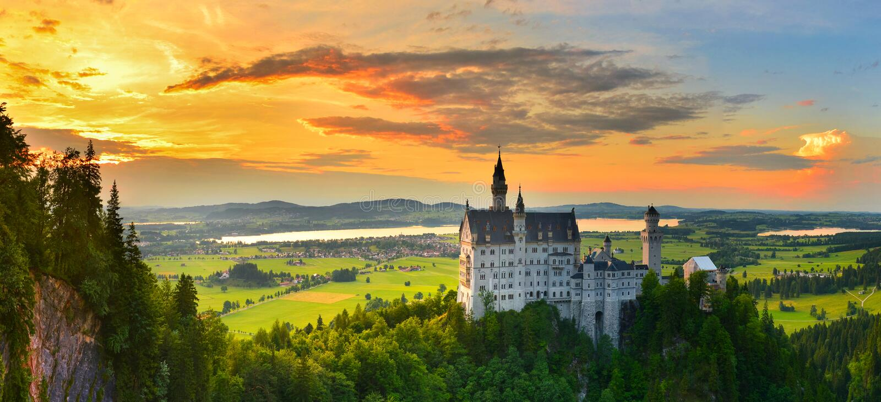 Neuschwanstein-Schloss im Sommer, Bayern, Deutschland stockbilder