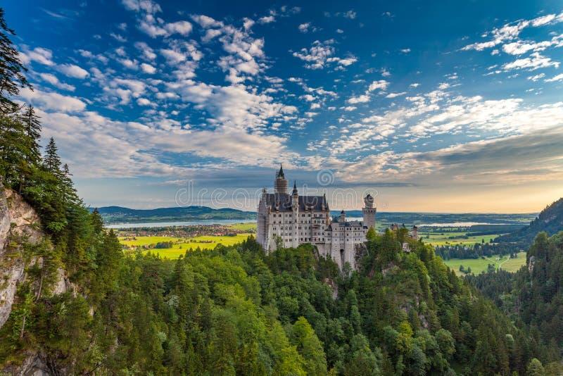 Neuschwanstein slott i en morgon slotten är rekonstruktion fotografering för bildbyråer