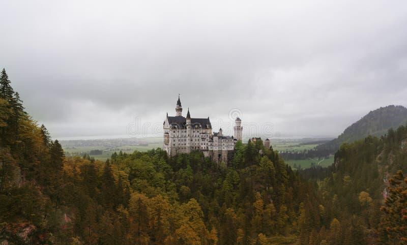 Neuschwanstein slott i höst, berömt ställe och loppdestination i Fussen, Tyskland royaltyfria foton