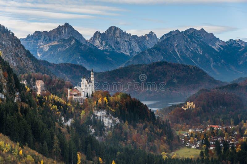 Neuschwanstein slott och Hohenschwangau slott i höst arkivbilder