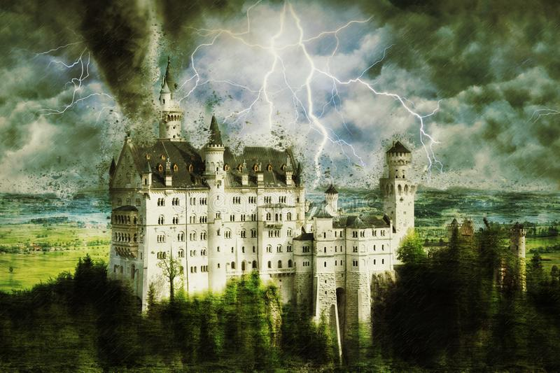 Neuschwanstein slott under den tunga stormen, regnet och belysningen i Tyskland royaltyfria foton
