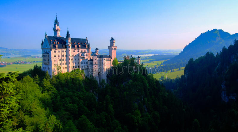 Neuschwanstein slottsikt från Marienbrucke, Bayern Tyskland royaltyfri bild
