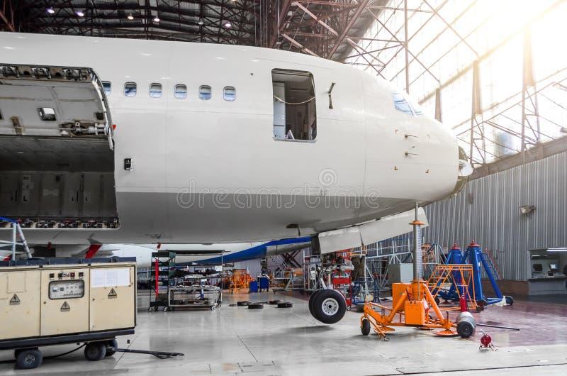 Neusdeel van de vliegtuigen, de cockpit, de boomstam, in de hangaar op onderhoudsreparatie royalty-vrije stock foto's