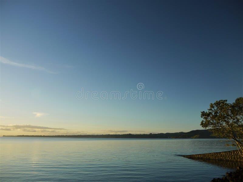 Neuseeland: früher Morgen Auckland-Hafenansicht Huia lizenzfreies stockbild
