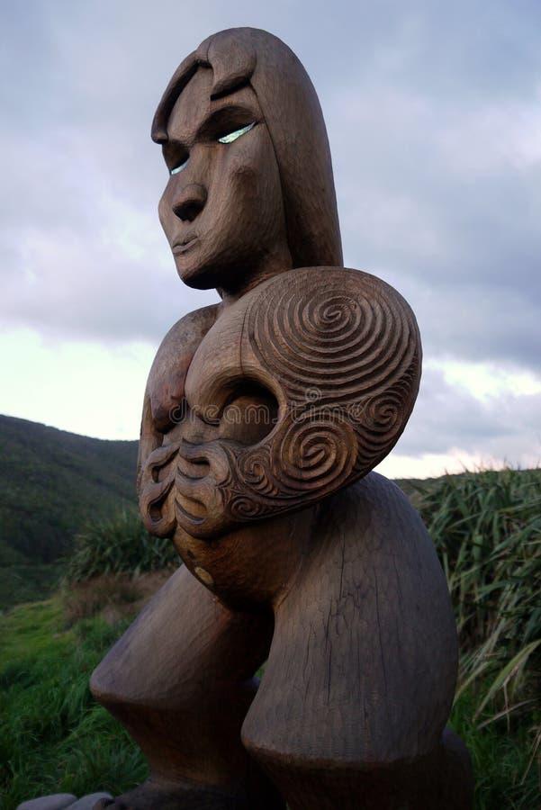 Neuseeland: Maori- Schnitzen des Frauenvorfahrs stockfotos