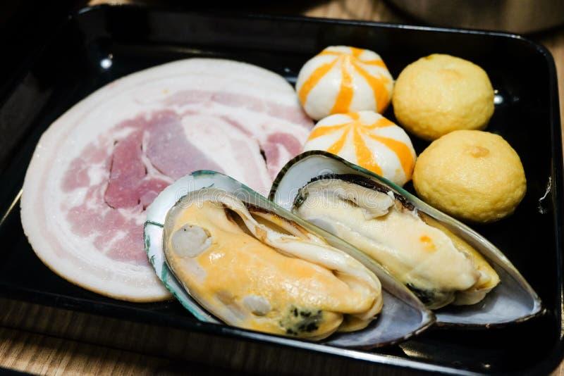 Neuseeland-Miesmuschel, Fleischball und kurobuta Schweinefleisch dienen auf Platte stockfotos