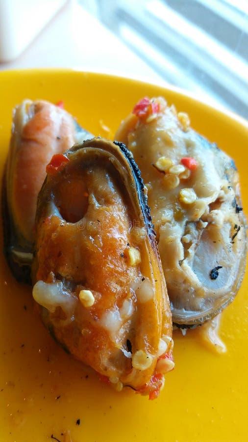 Neuseeland-Miesmuschelmiesmuschel geschnitten mit srafood Soße stockbild
