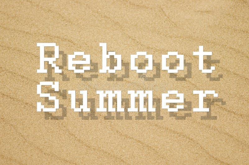 Neustartsommer geschrieben auf Hintergrund mit gelbem Sand lizenzfreies stockfoto