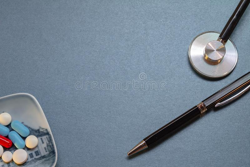 Neutraal blauw bureau met sommige medische werktuigen royalty-vrije stock fotografie