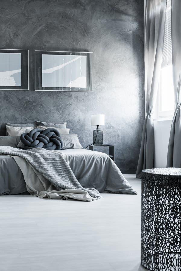 Neutraal grijs slaapkamer binnenlands ontwerp royalty-vrije stock fotografie