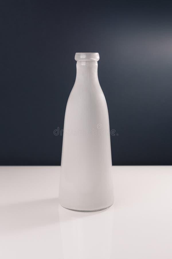Neutral kulör vas som isoleras på vit och mörk grå bakgrund royaltyfria foton