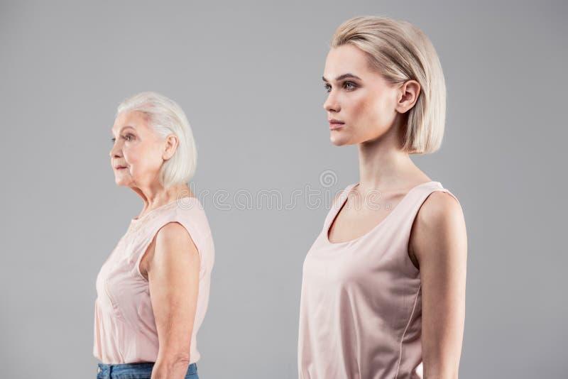 Neutralna blondynki dziewczyna z emotionless twarzy pozycją na pierwszy planie obrazy royalty free