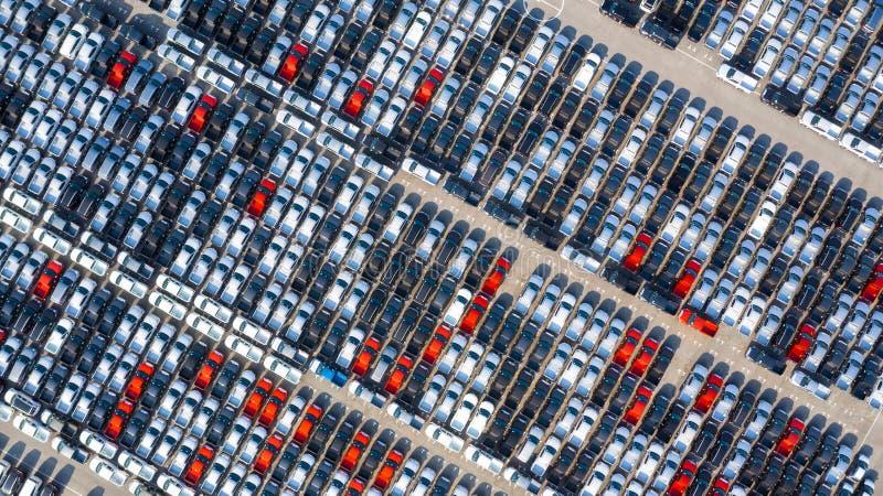 Neuwagen ausgerichtet im Hafen für den Geschäftsautoimport und Export logistisch, Vogelperspektive lizenzfreies stockbild