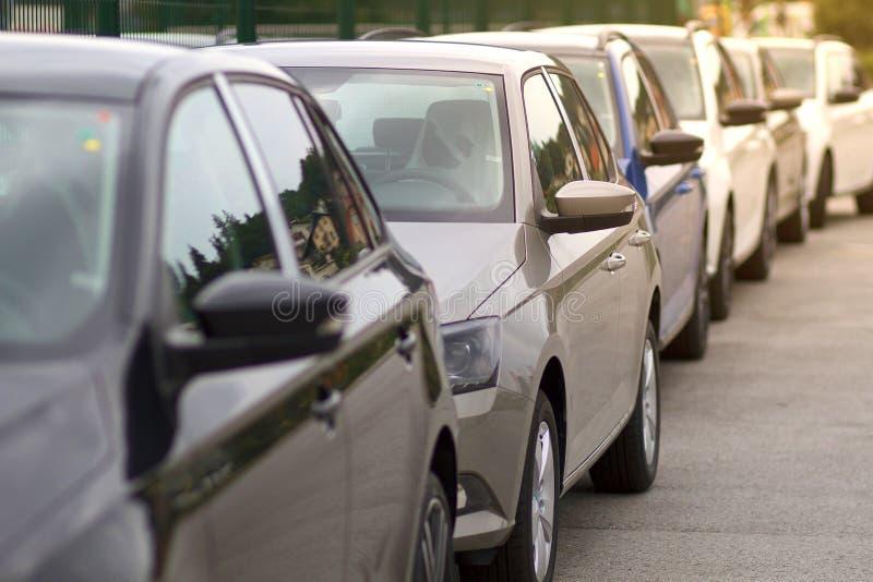 Neuwagen, Autos, Fahrzeuge in Folge für Verkauf stockbild