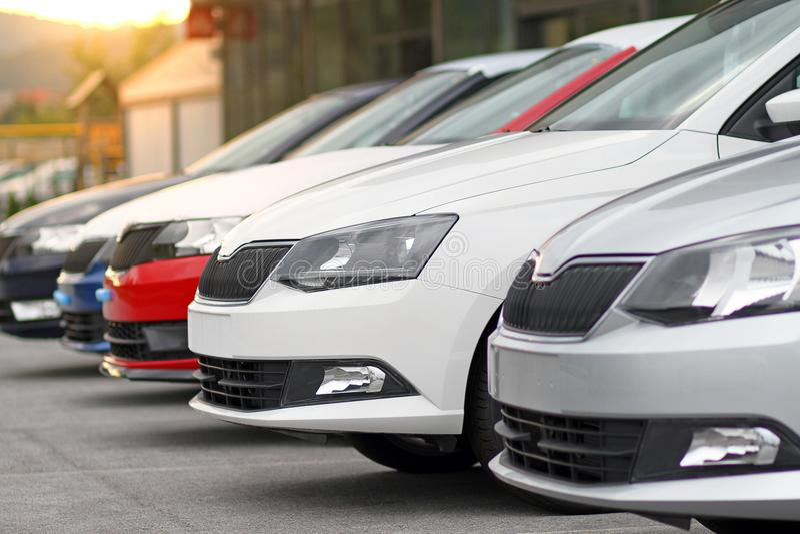 Neuwagen für Verkauf parkten vor einem Auto, Bewegungshändlerspeicher, Shop lizenzfreies stockbild