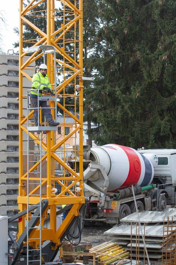 Neuwied, Германия - 1-ое февраля 2019: крановщик срабатывает его кран с дистанционным управлением стоковые фото
