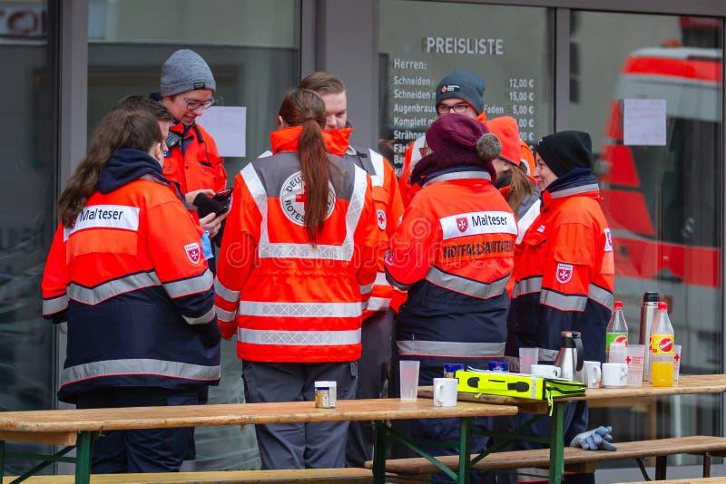 Neuwied, Германия - 1-ое февраля 2019: Люди машины скорой помощи ждать их следующую деятельность стоковая фотография