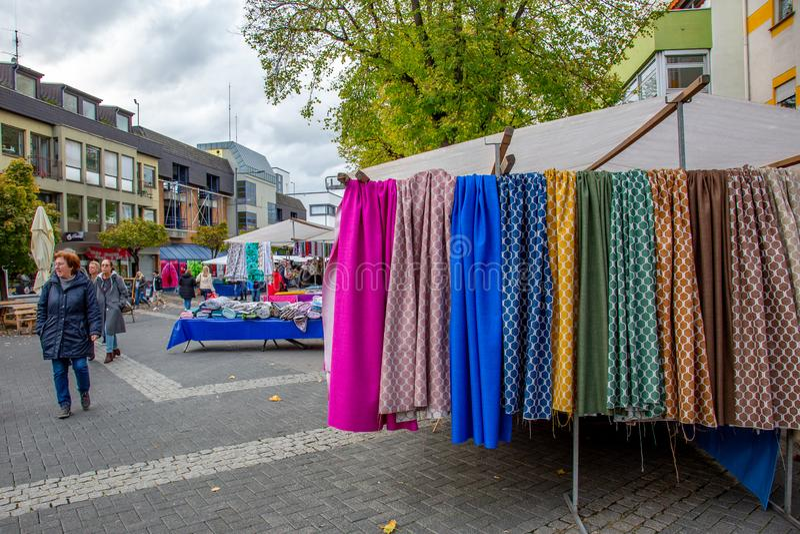 Neuwied, Rheinland-Pfalz, Tyskland - den 2 november 2019: marknadsstånd och besökare på en utomhusmarknad för textilier royaltyfri fotografi