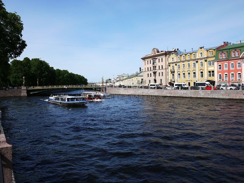 Ποταμός Neva σε Άγιο Πετρούπολη, Ρωσία Θαυμάσια κτήρια και αρχαία αρχιτεκτονική της όμορφης πόλης, η οποία επισκέπτεται κοντά στοκ εικόνες