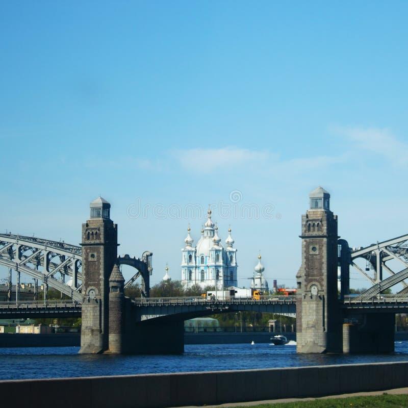 Neva River avec le pont et le Smolny Cathed de Bolsheokhtinsky photographie stock libre de droits