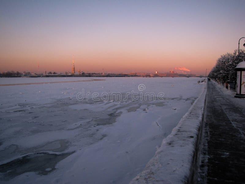 Neva River congelado no inverno foto de stock
