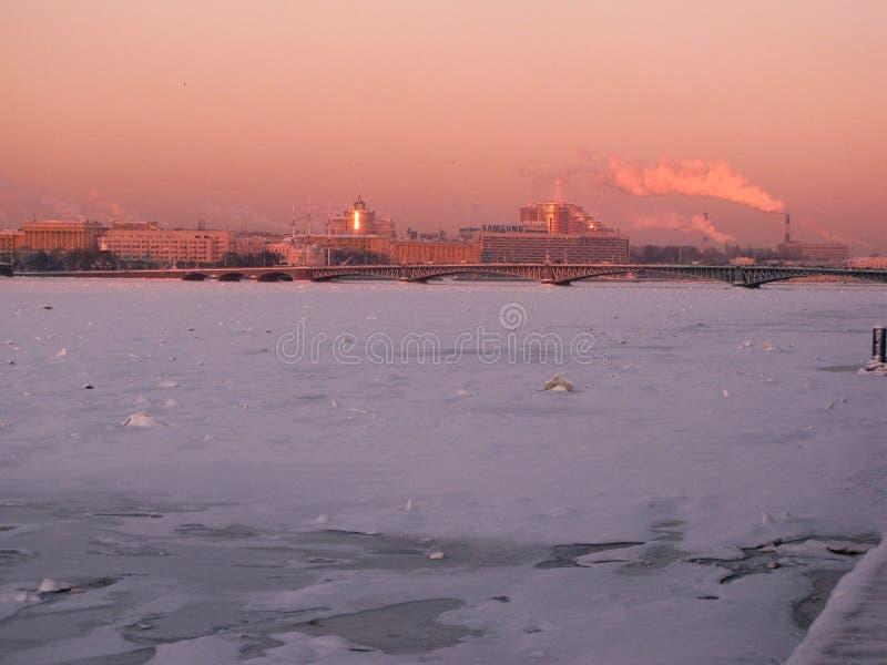 Neva River congelado no inverno imagem de stock