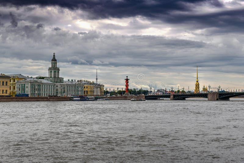 Neva River - St Petersburg, Ryssland fotografering för bildbyråer