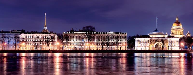 Neva` s dijk in St. Petersburg, nacht royalty-vrije stock foto