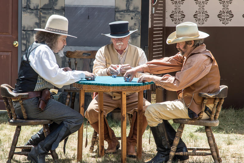 Nevada Gunfighters Play Poker lizenzfreies stockbild