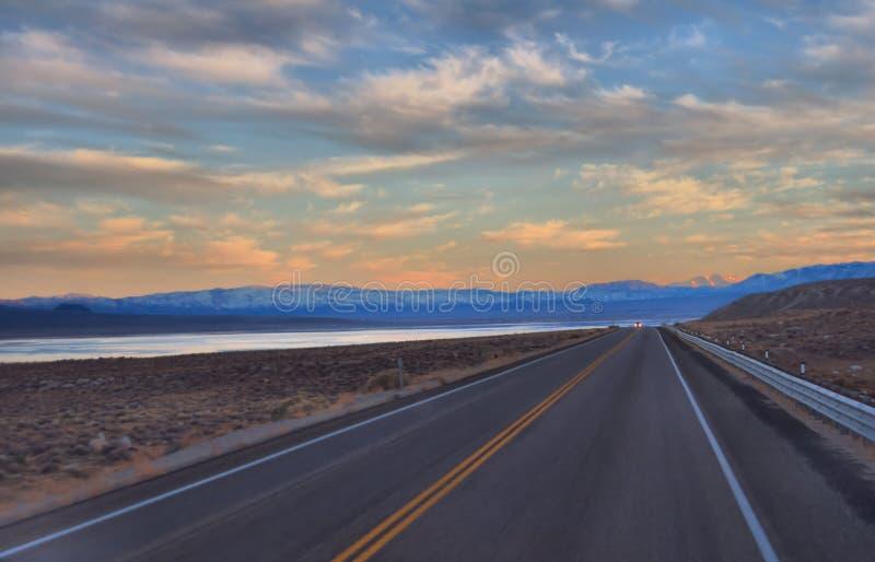Nevada Highway 95's Walker Lake no por do sol fotografia de stock