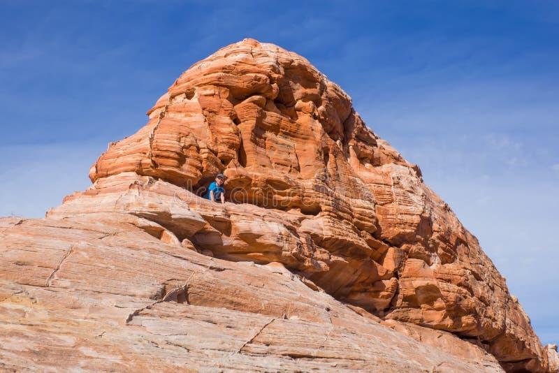 Nevada State Park Valley di fuoco Un bambino esce dal franare la roccia rossa immagini stock libere da diritti